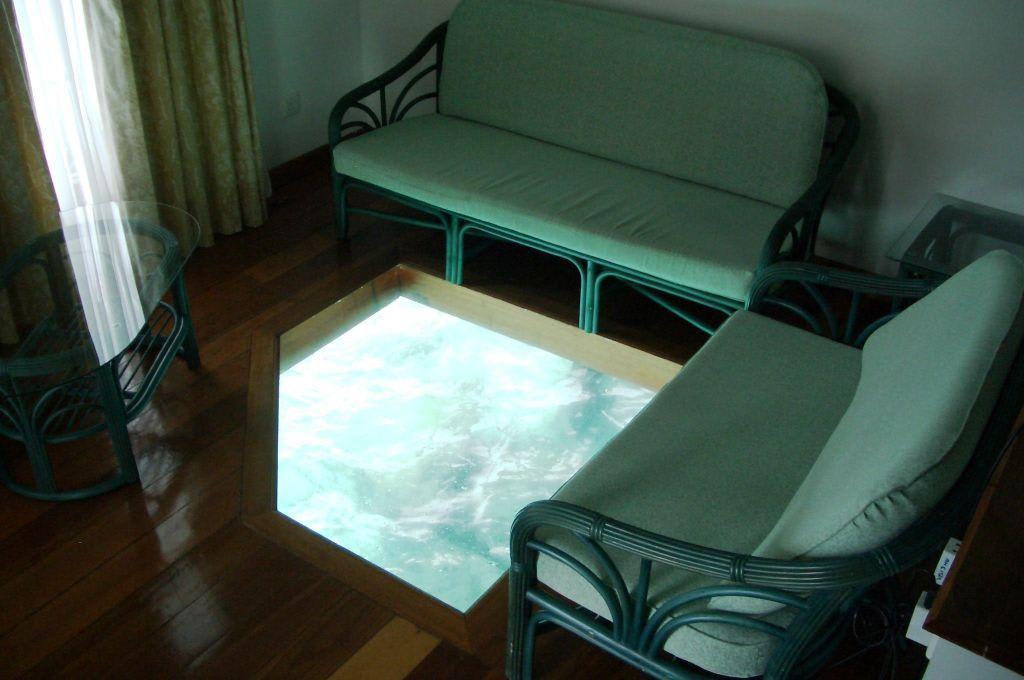bild zimmer wasserbungalow mit glasboden zu hotel velidhu velidu island resort in ari atoll. Black Bedroom Furniture Sets. Home Design Ideas