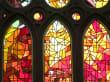 Kirchenfenster mit Rottönen