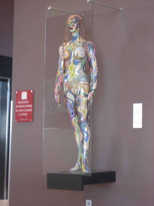 Skulptur im Eingangsbereich Leonardo Royal Hotel Munich
