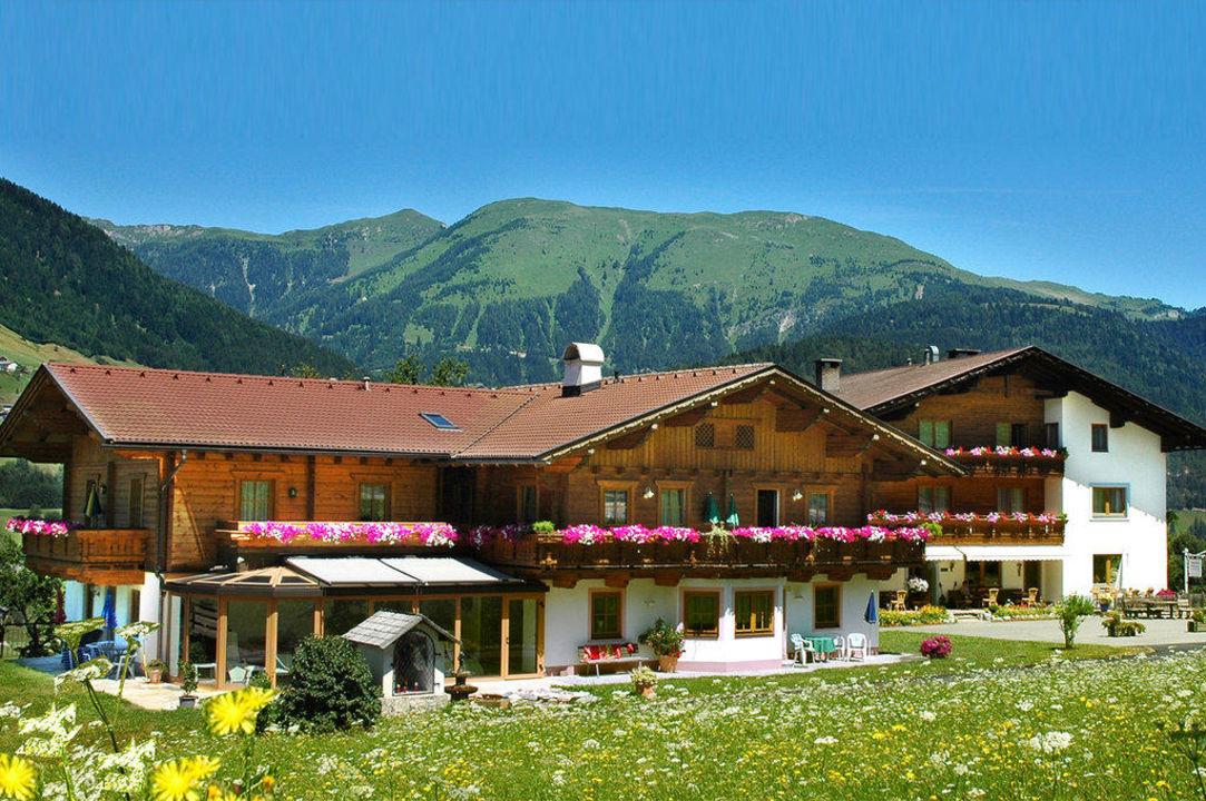 Ein Ausblick auf den Hausberg (Plenge) Hotel Alpenhof Wolayersee