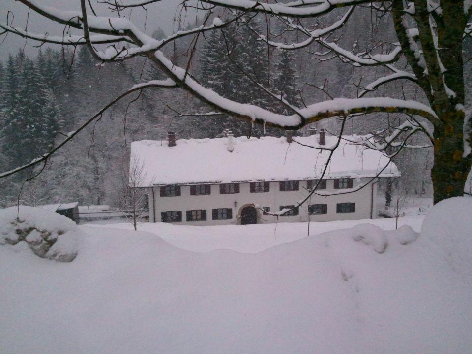 An der Einfahrt Kempinski Hotel Berchtesgaden