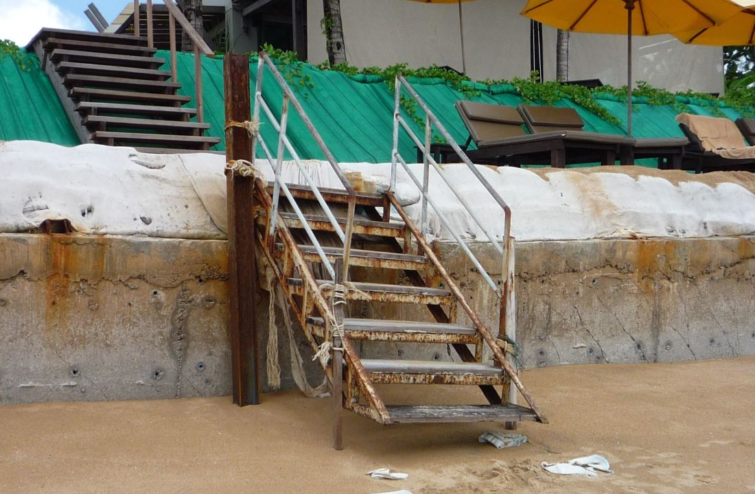 Die Treppe zum Strand Hotel Chong Fah Beach Resort