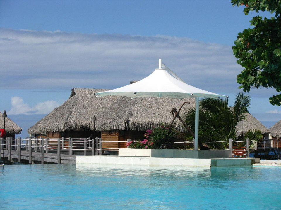 Bett mit Blick ins Bad Moorea Pearl Resort & Spa