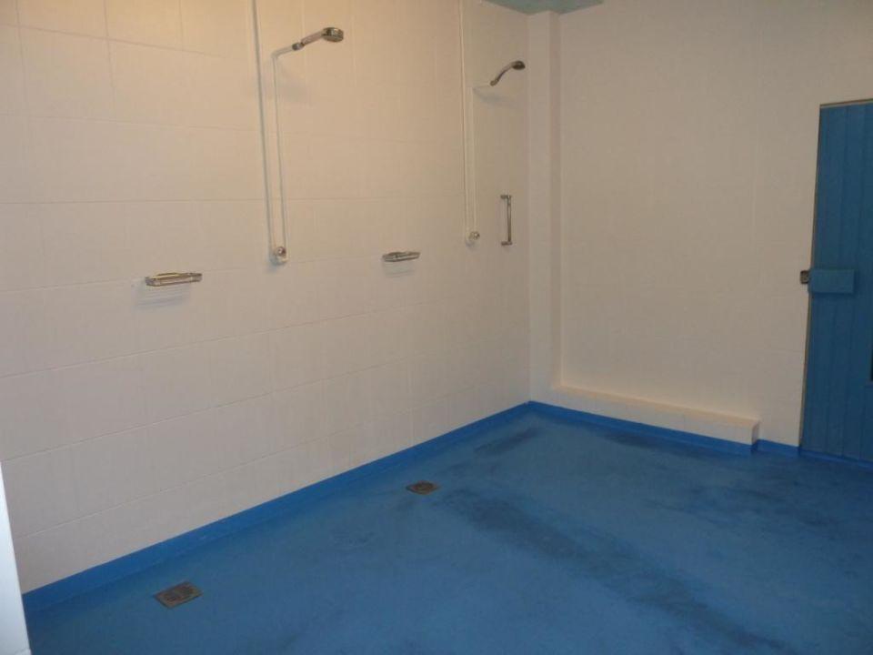 dusche reiner betonboden mit farbe gestrichen hotel bad griepshop in hille holidaycheck. Black Bedroom Furniture Sets. Home Design Ideas