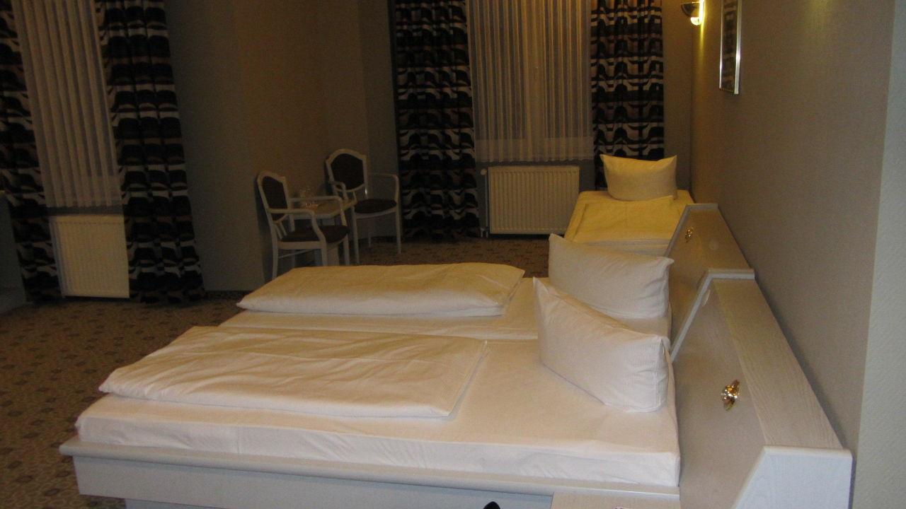 schwarze wohnzimmermobel pflanzen und raumhohe franzosische fenster wohnzimmer gestaltung. Black Bedroom Furniture Sets. Home Design Ideas