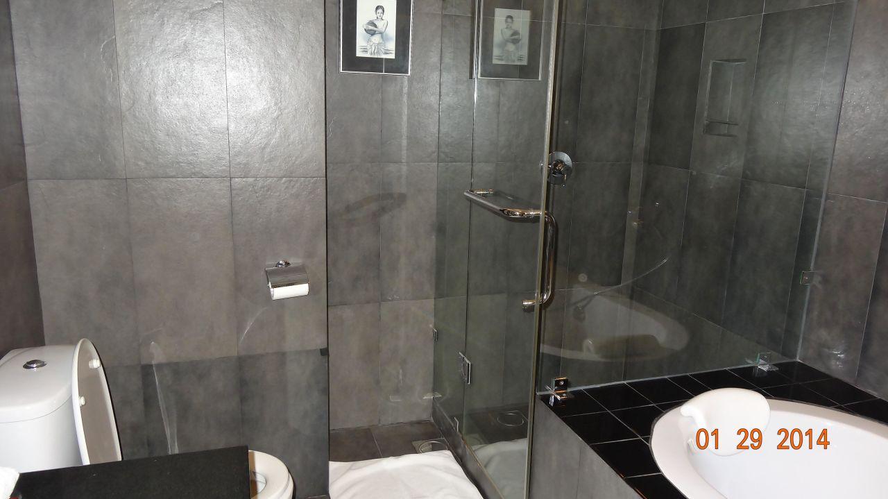 """Brandneu Modernes Badezimmer mit Dusche und Badewanne"""" Hotel Cinnamon  LY78"""