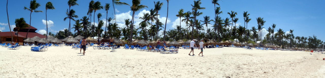 Hotelstrand mit Strandbar  Bavaro Princess All Suites Resort, Spa & Casino