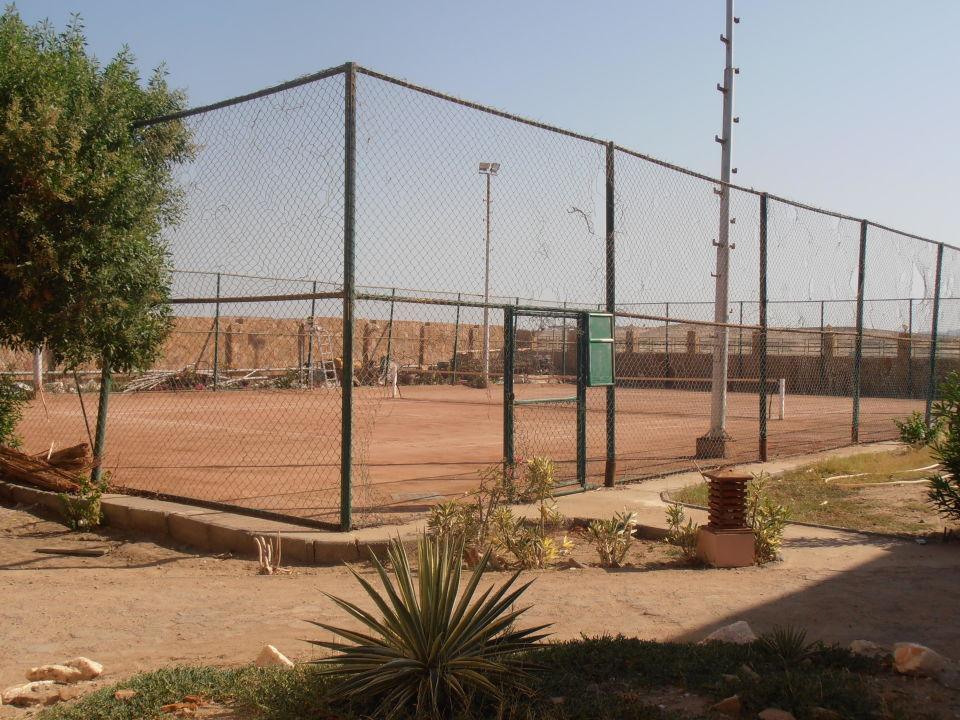 """Der """"Tennisplatz"""" in seinem desolaten Zustand Tulip Resort (Vorgänger-Hotel – existiert nicht mehr)"""