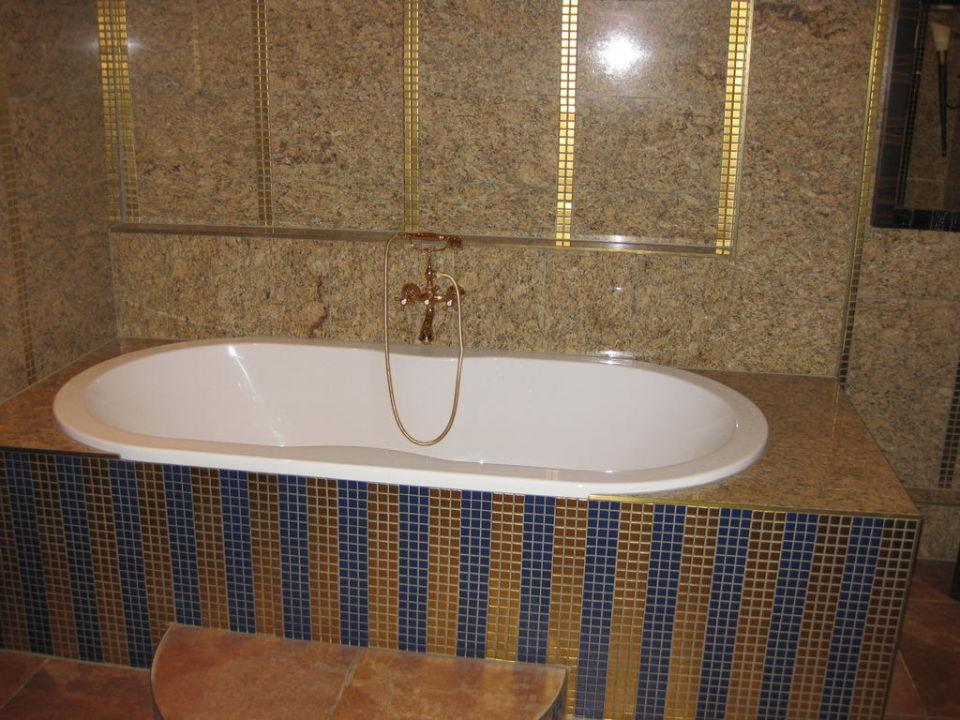 Große Badewanne im Saunabereich Bellevue Rheinhotel