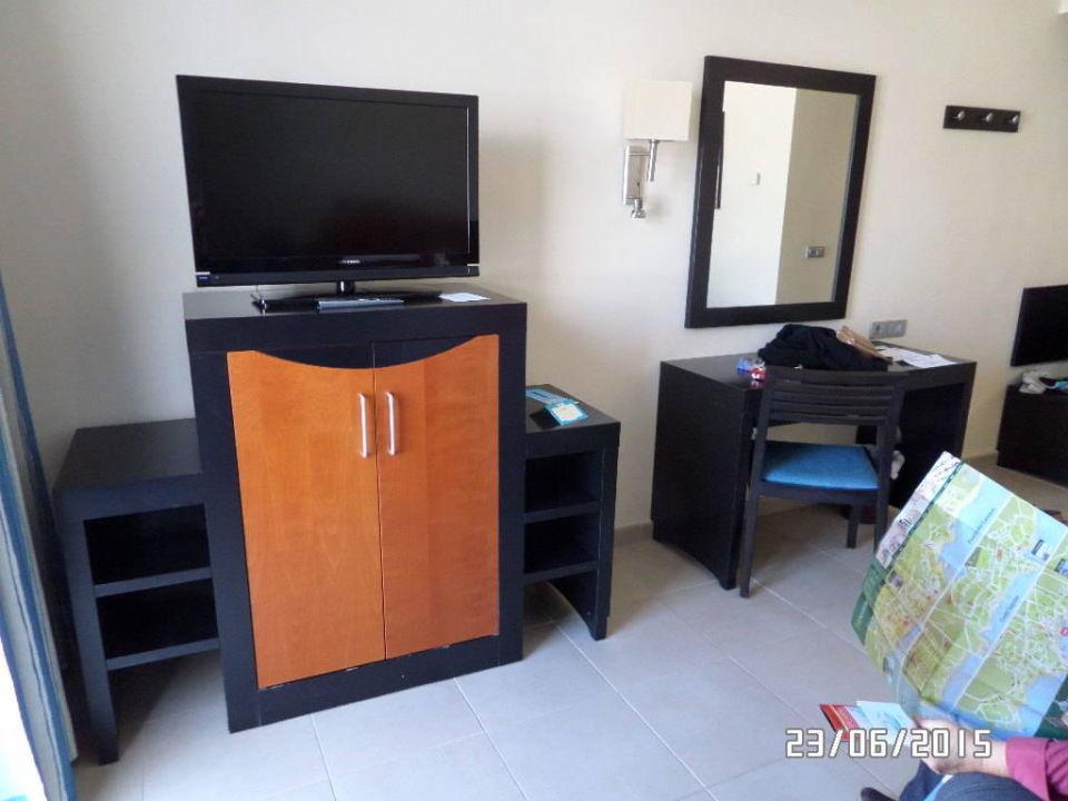 fernseher und im schrank microwelle und k hlschran hotel las costas puerto del carmen. Black Bedroom Furniture Sets. Home Design Ideas