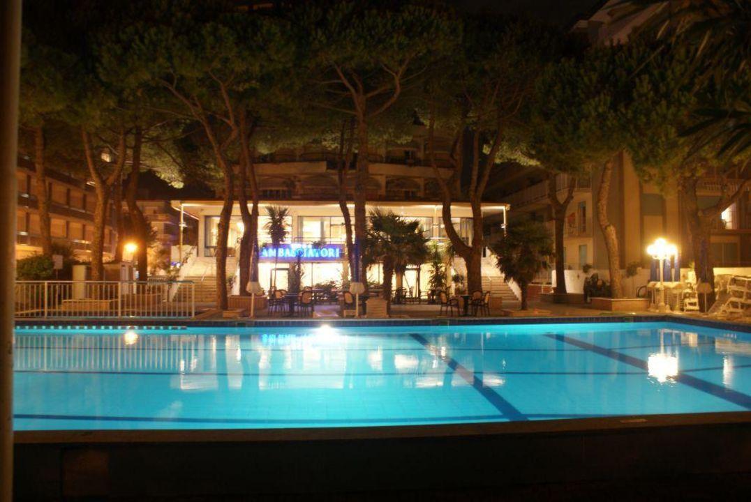 Poolanlage am Abend Hotel Ambasciatori Palace