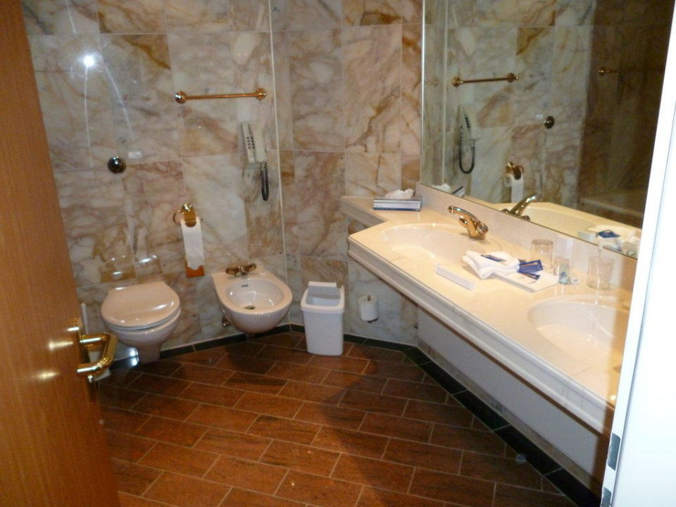 bild badezimmer zu maritim hotel stuttgart in stuttgart. Black Bedroom Furniture Sets. Home Design Ideas