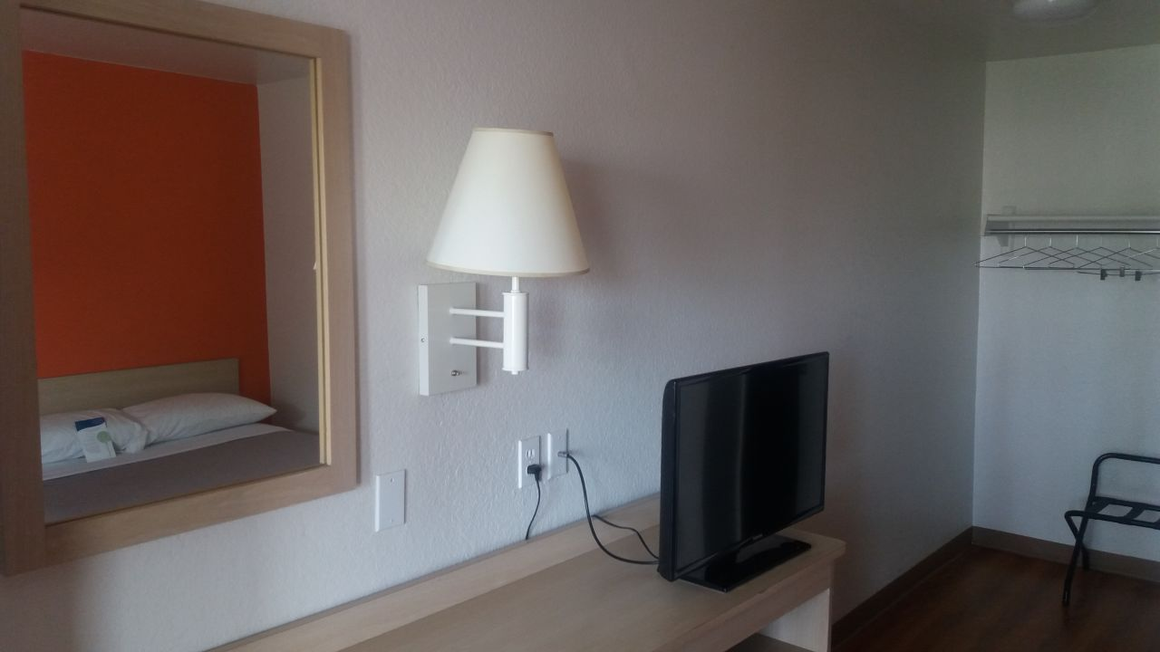 Zimmer / TV / Schreibtisch