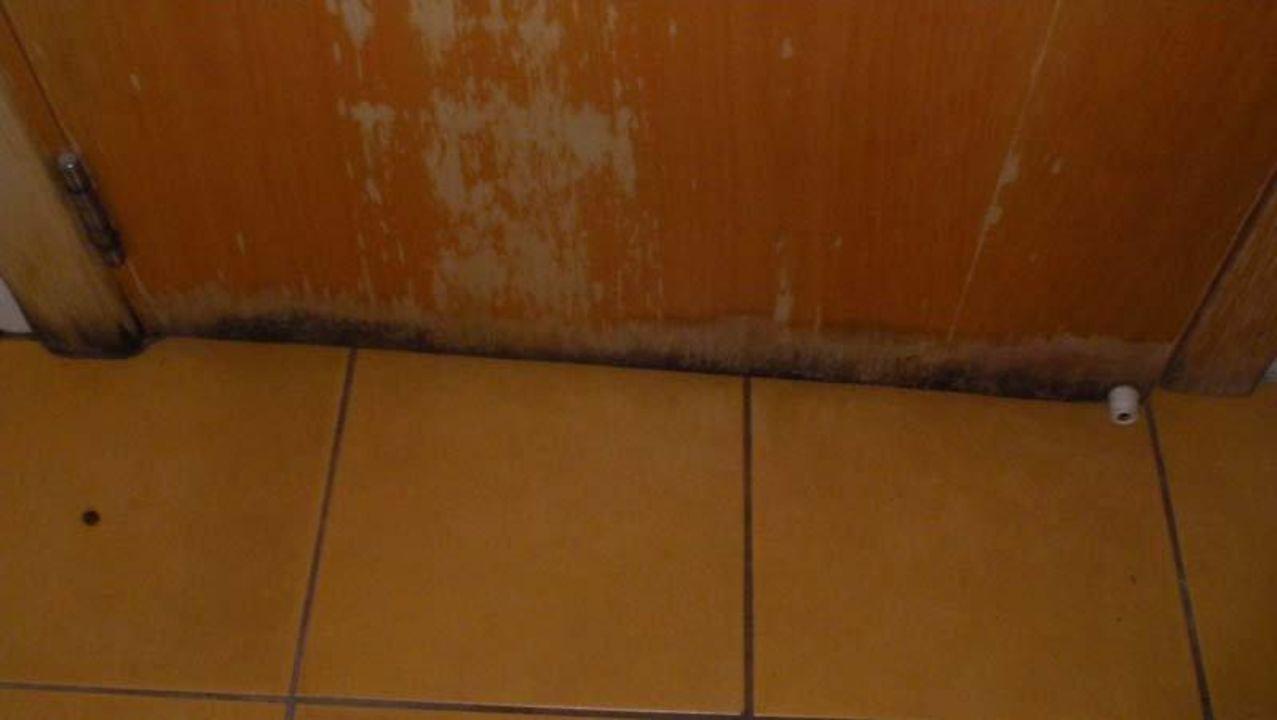 Angegammelte Tür im Badezimmer be.HOTEL