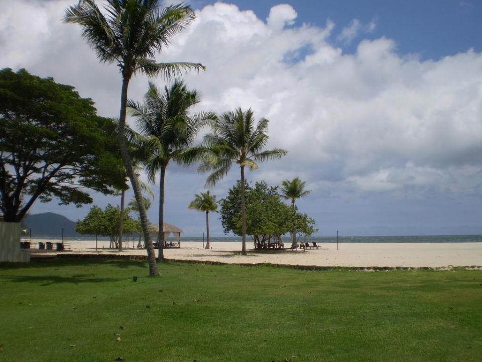 Blick vom Garten Richtung Strand Hotel Shangri-La Rasa Ria Resort