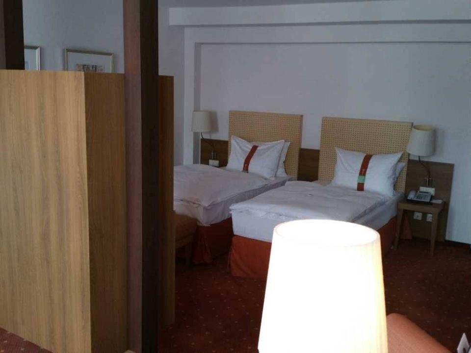 Blick auf Doppelbett Hotel Holiday Inn Nürnberg City Centre