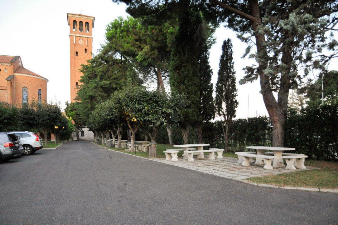 Parkplätze und Bänke Casa La Salle