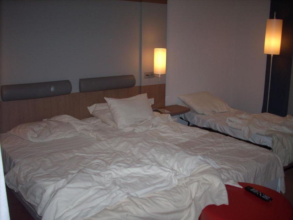 Unser Zimmer bei Nacht  Hotel Novotel München Messe