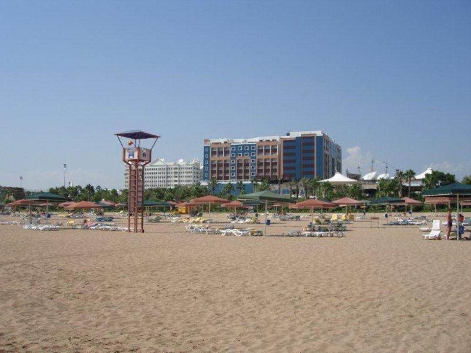 Vom Strand auf das Fulya und Selin Kamelya Collection Hotel Fulya