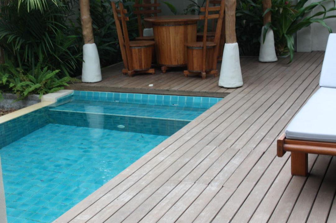 pool mit terrasse und kleinem sitzbereich metadee resort villas in kata beach holidaycheck. Black Bedroom Furniture Sets. Home Design Ideas
