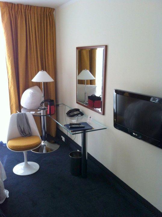 Schreibtisch und TV Hotel Alexander am Zoo