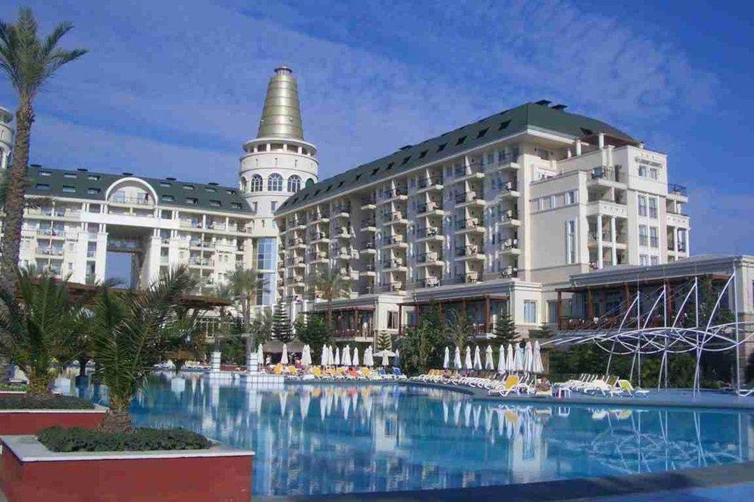 Blick über einen Teil vom Pool auf das Hotel Hotel Delphin Diva