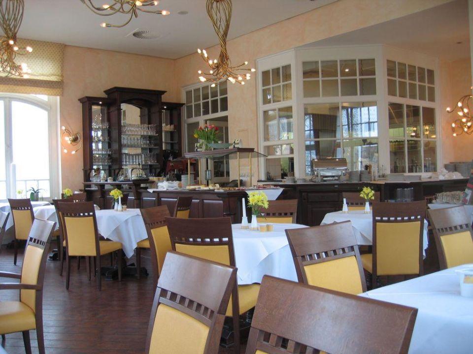 Restaurant mit Blick auf die offene Küche\