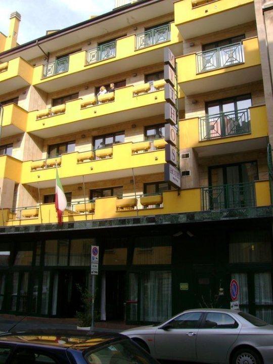 Betonfassade mit Balkon Hotel Mythos