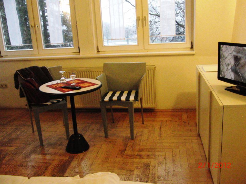 bild kleine sitzecke mit fernseher zu hotel haus. Black Bedroom Furniture Sets. Home Design Ideas