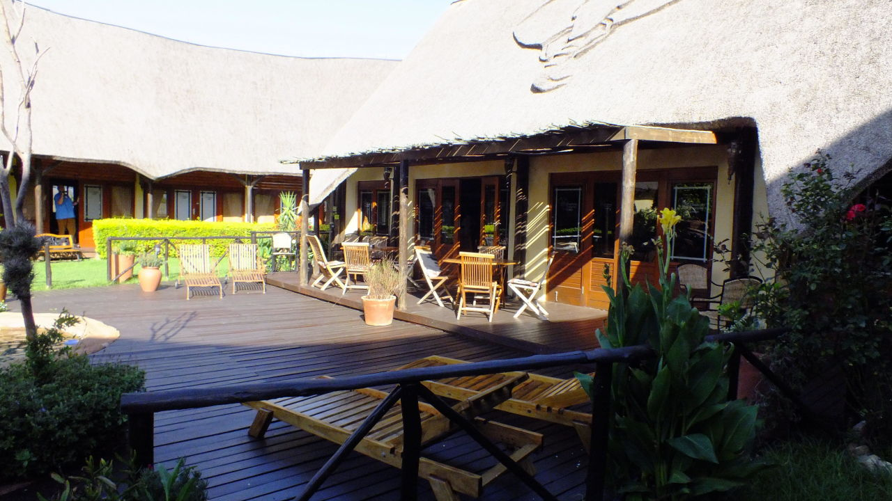 "sehr kleiner pool und terrasse"" elephants footprint lodge"