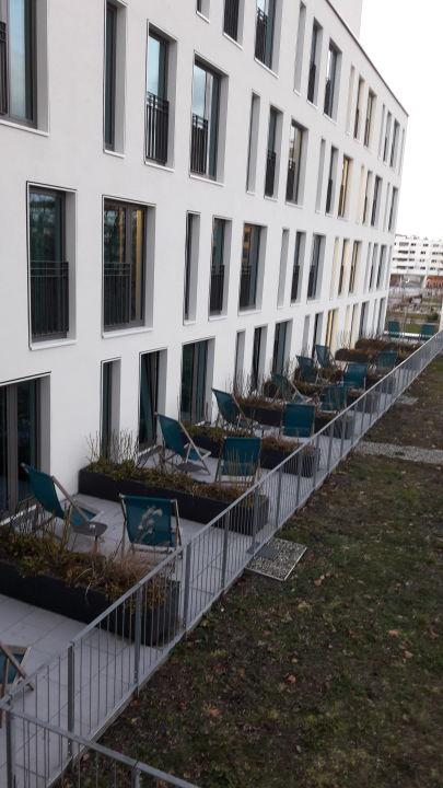 Blick auf die Zimmer mit Terrasse Motel One München-Olympia Gate