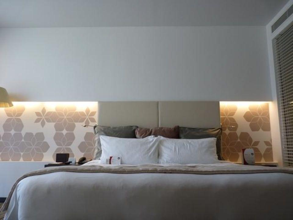 Grosses Bett Mit Vielen Kissen Crowne Plaza Hotel Yas Island