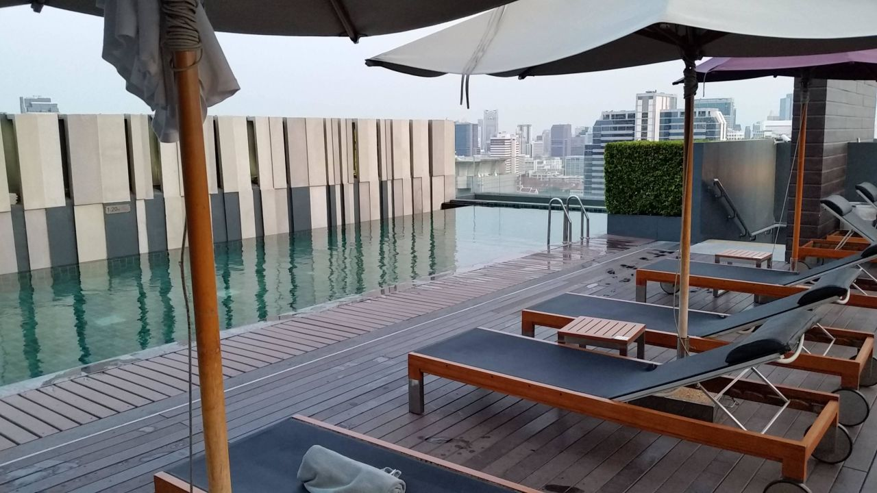 pool auf dem dach hotel mercure bangkok siam bangkok holidaycheck gro raum bangkok. Black Bedroom Furniture Sets. Home Design Ideas