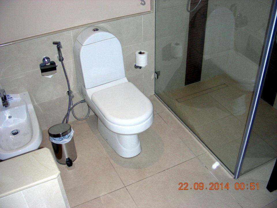 toilette und tolle gro e dusche hilton al hamra beach golf resort ras al khaimah. Black Bedroom Furniture Sets. Home Design Ideas