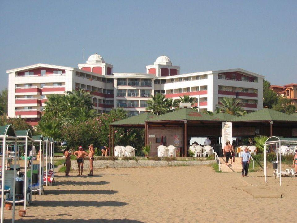 Strand mit im Hintergrund das Hane Hotel Hane Hotel