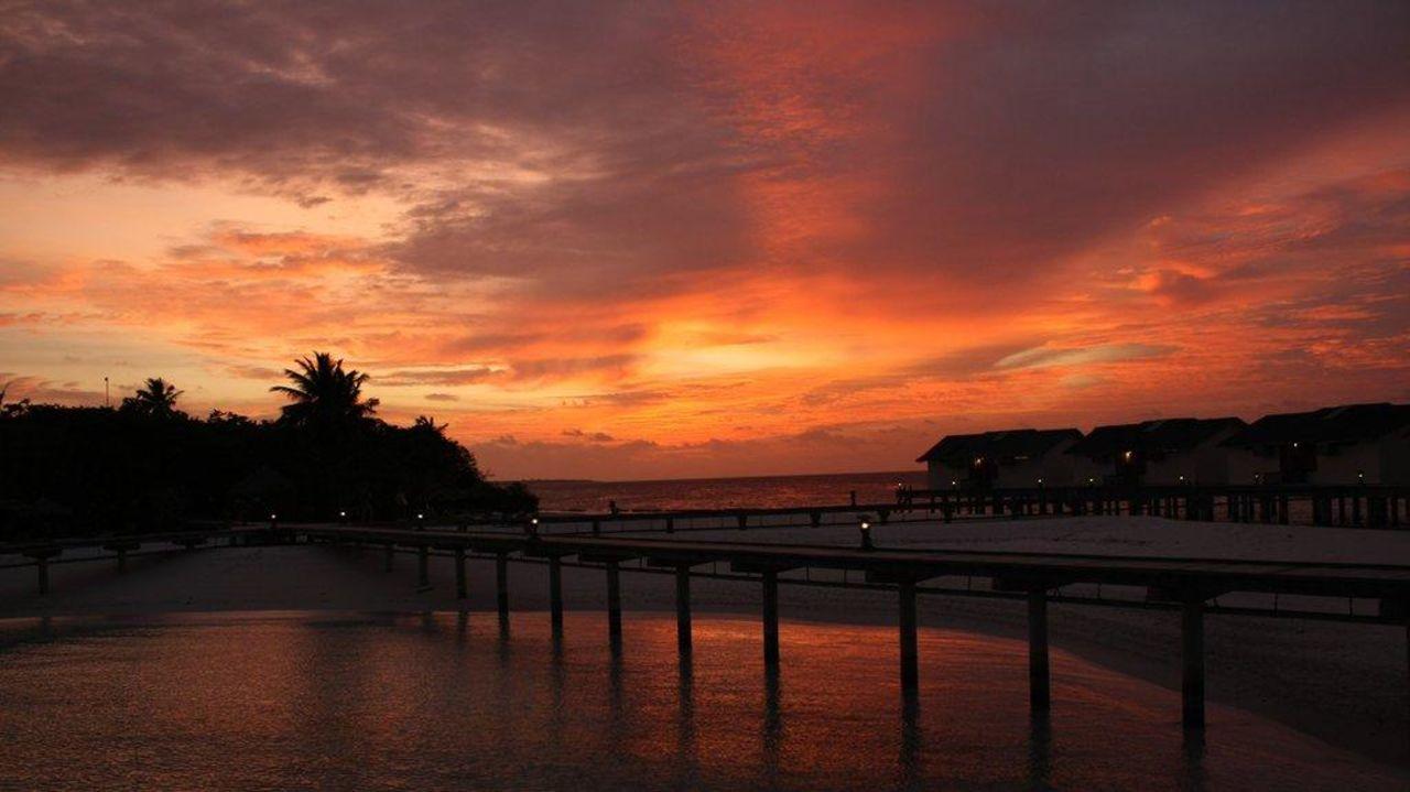 Typischer maledivischer Sonnenuntergang Hotel Reethi Beach Resort