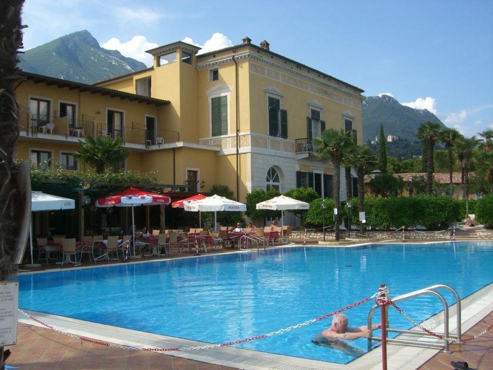 bild pool zu hotel antico monastero in toscolano maderno. Black Bedroom Furniture Sets. Home Design Ideas