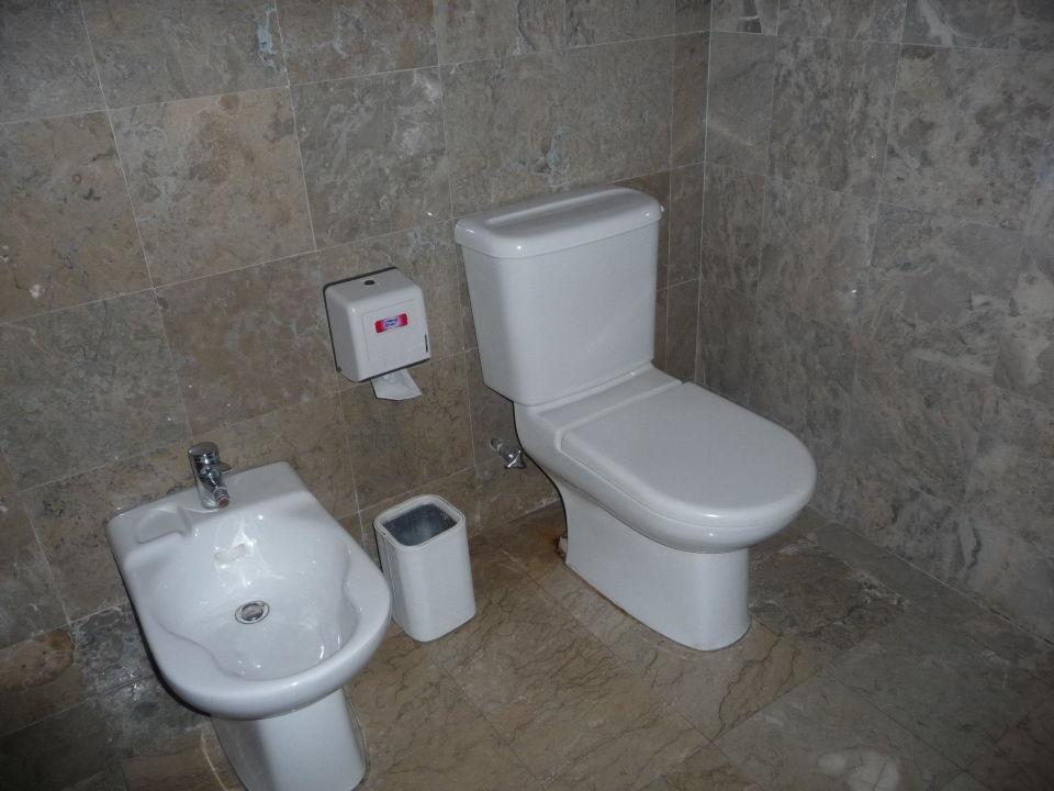 bild badewanne mit duschvorhang keine dusche zu hotel. Black Bedroom Furniture Sets. Home Design Ideas