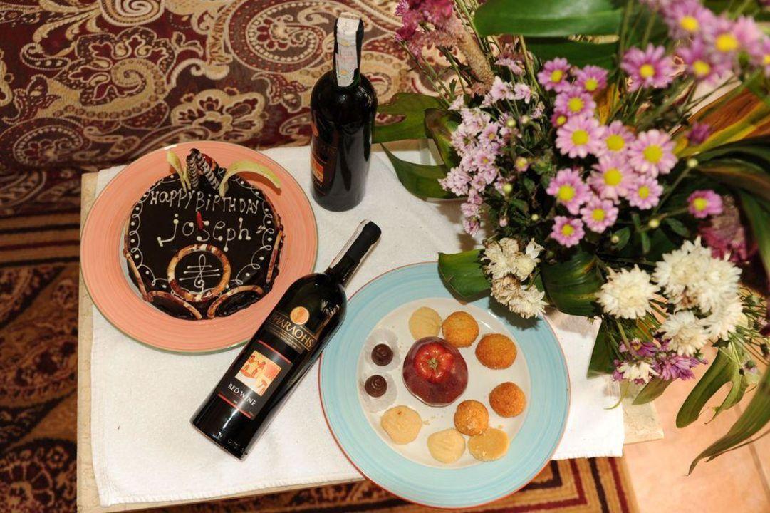 Tisch mit Torte/ Wein zum Geburtstag Tia Heights Makadi Bay