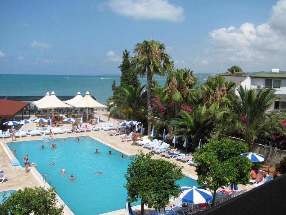 Jeden z wielu basenów hotelowych Lonicera World Hotel