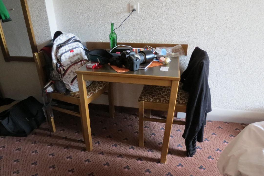 Kleiner Tisch mit 2 Stühlen\