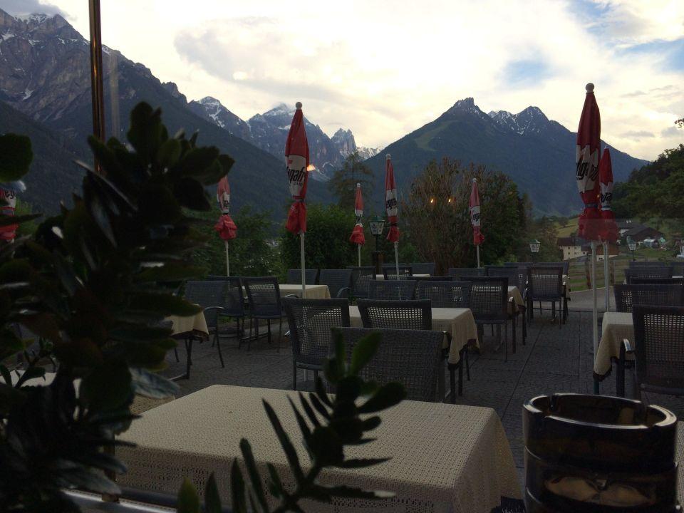 Blick aus Gaststube auf Terrasse Gasthof Gröbenhof