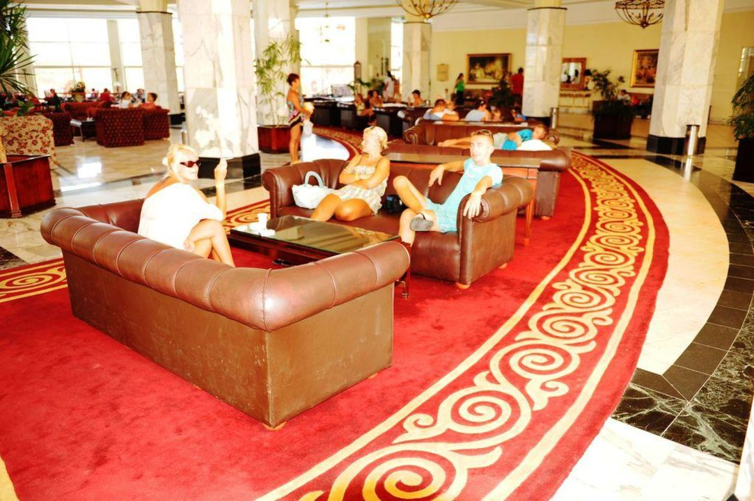 Ledersesselgruppe im Lobby Tia Heights Makadi Bay
