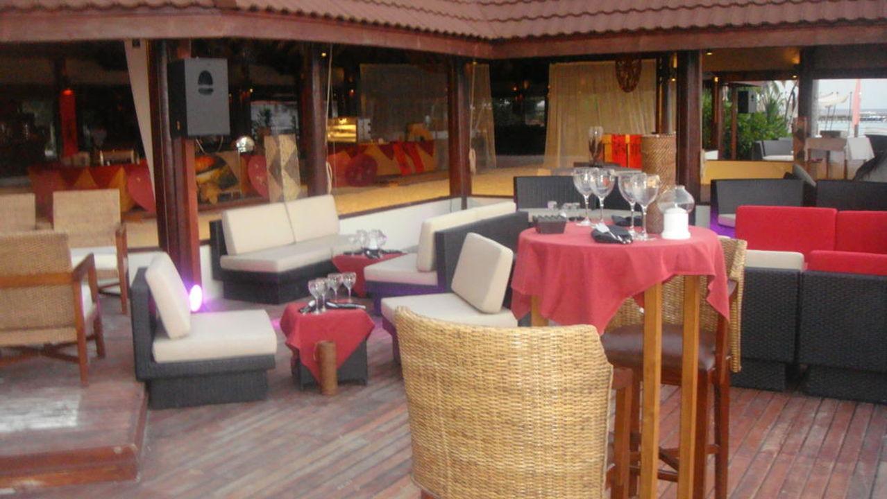 Terrasse vor der Bar Robinson Club Maldives - Adults Only