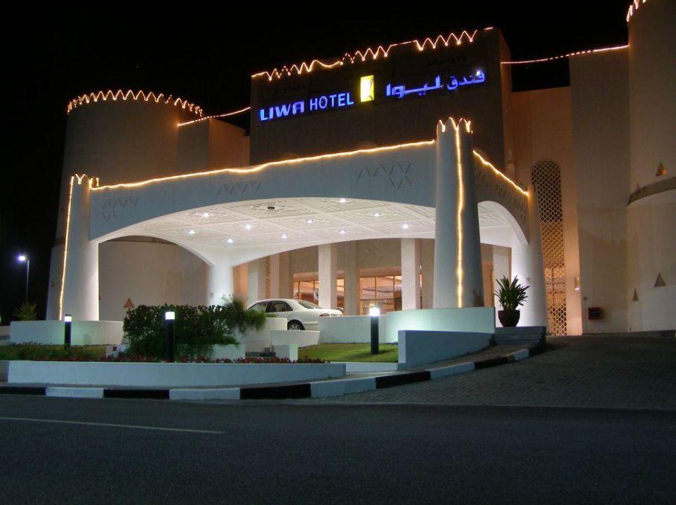 Eingangsbereich am Abend Hotel Liwa