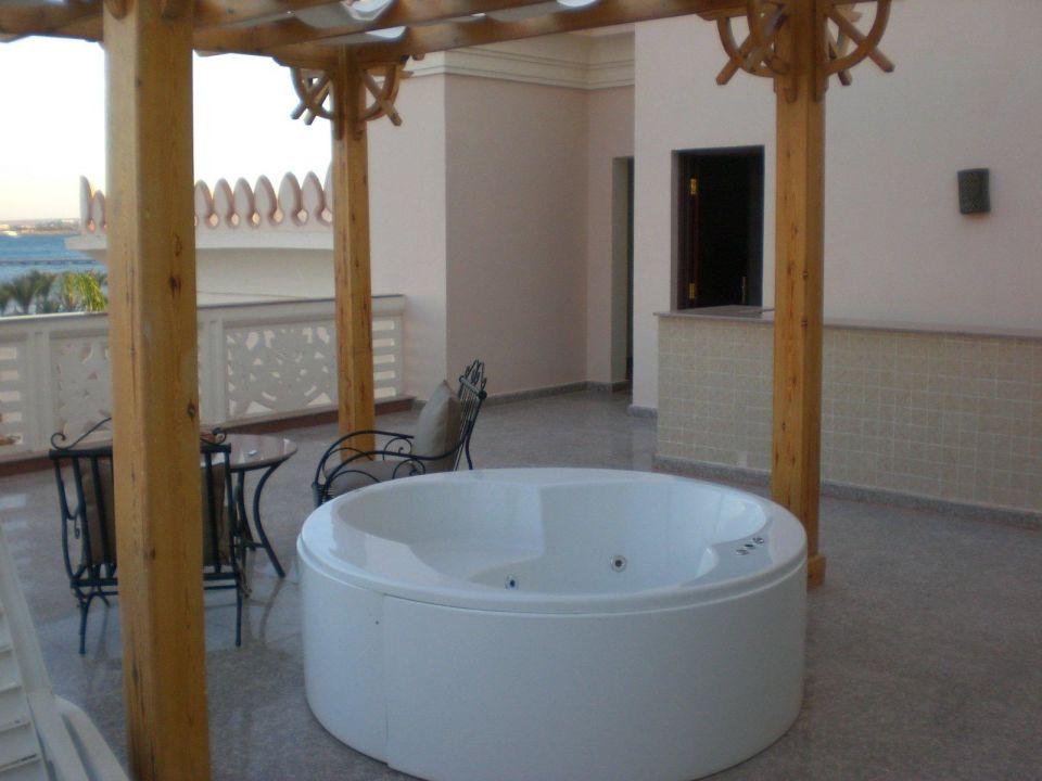 suite mit eignem jacuzzi auf balkon albatros palace resort hurghada holidaycheck hurghada. Black Bedroom Furniture Sets. Home Design Ideas