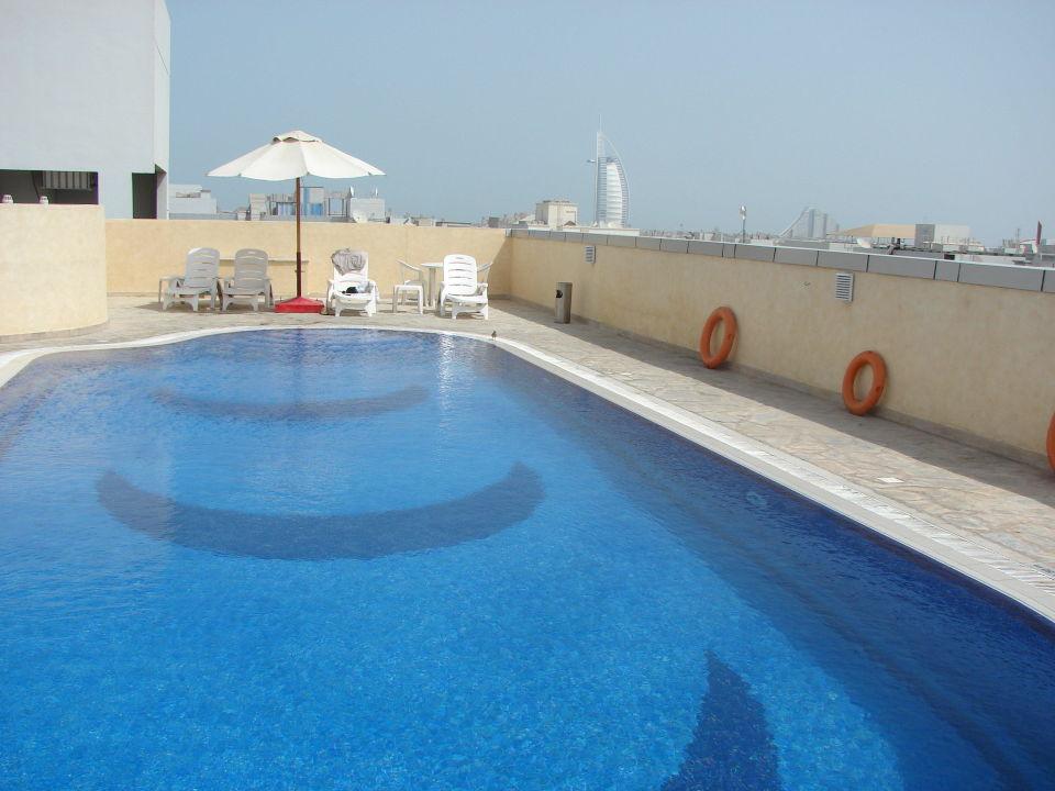 Бассейн с видом на бурдж-аль-араб Hotel Apartment Akas-Inn