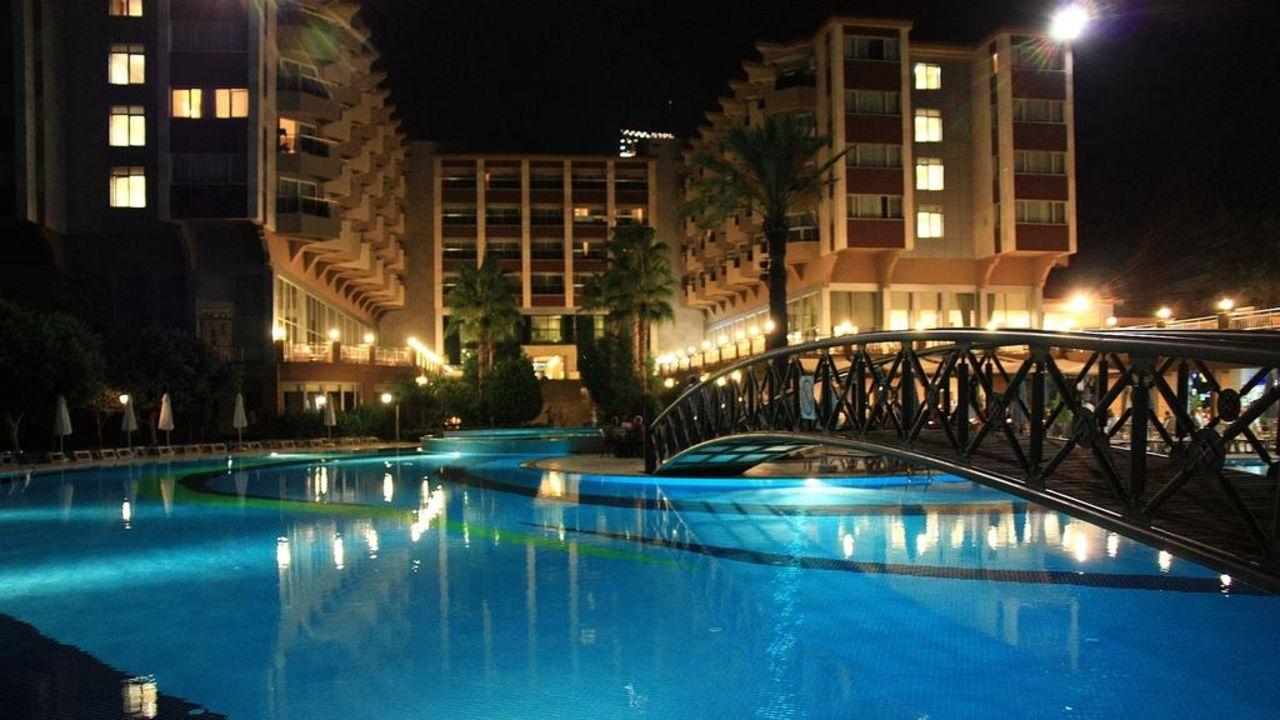Hotel bei Nacht Hotel Terrace Beach Resort