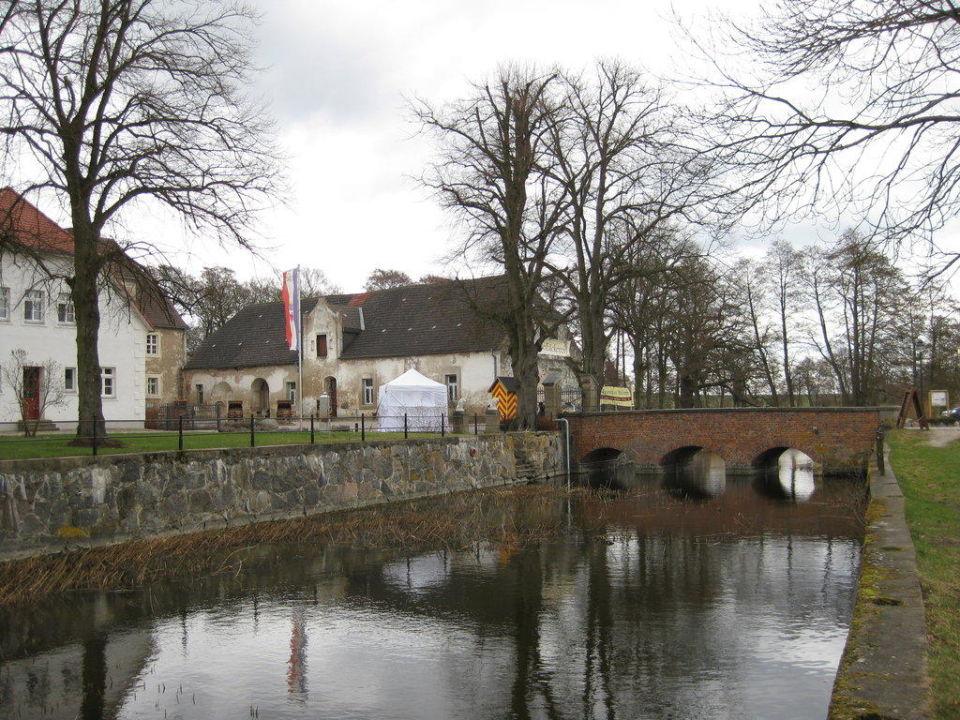 Seitlicher Blick auf die Schloss-Anlage Wasserschloss Mellenthin