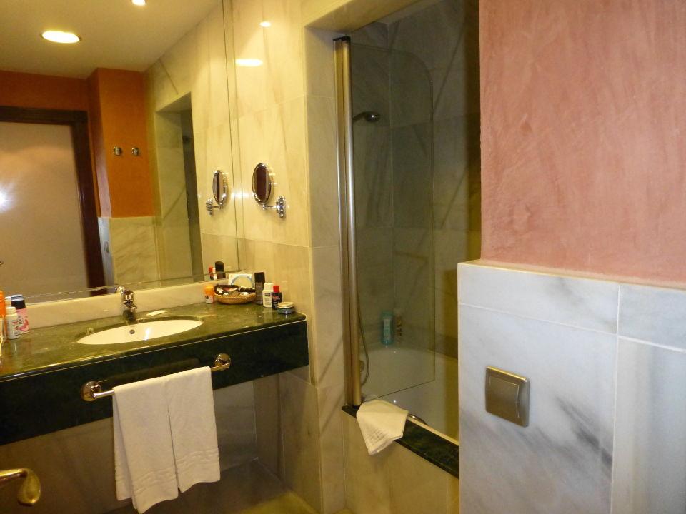 Badezimmer mit BD WC und Wanne \